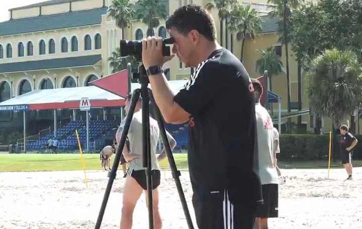Gallardo con cámara en mano en la práctica de River en la arena