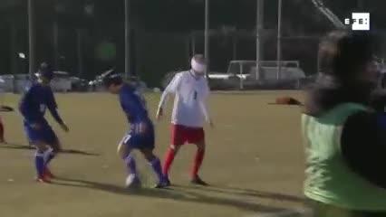 Iniesta probó el fútbol para no videntes