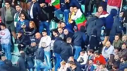 Los hinchas búlgaros abandonan la cancha