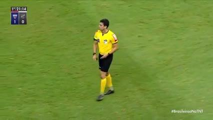 El árbitro paró el partido por un reclamo al VAR