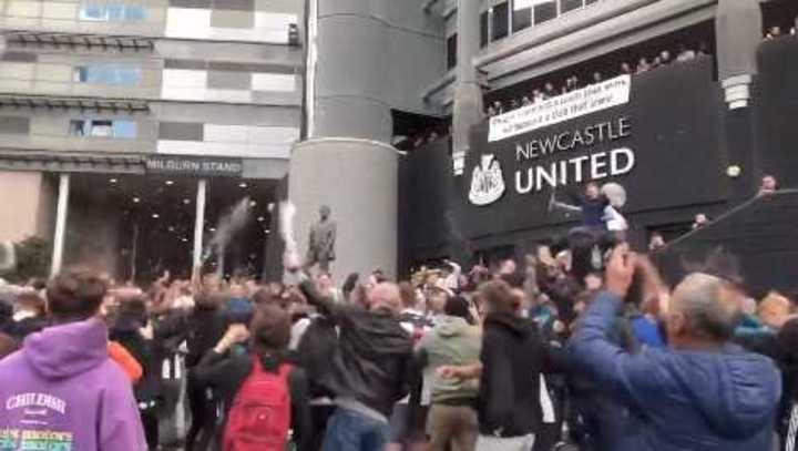 Los hinchas del Newcastle festejando la venta del club a un grupo inversor saudí