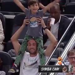 Manu no puede soltar a los Spurs