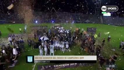 El festejo de Racing levantando el trofeo