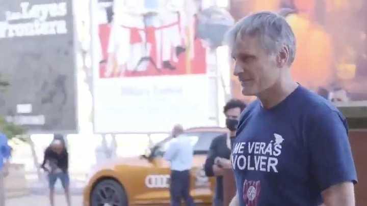 """Viggo Mortensen con la remera de """"Me verás volver"""" en un festival de cine en España"""