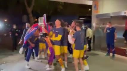 La llegada del Barcelona campeón al hotel