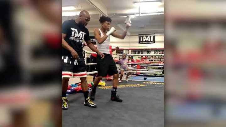 Floyd Mayweather entrenando a su hijo Koraun