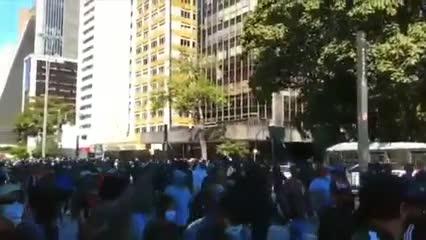 Hinchas unidos contra Bolsonaro en Brasil