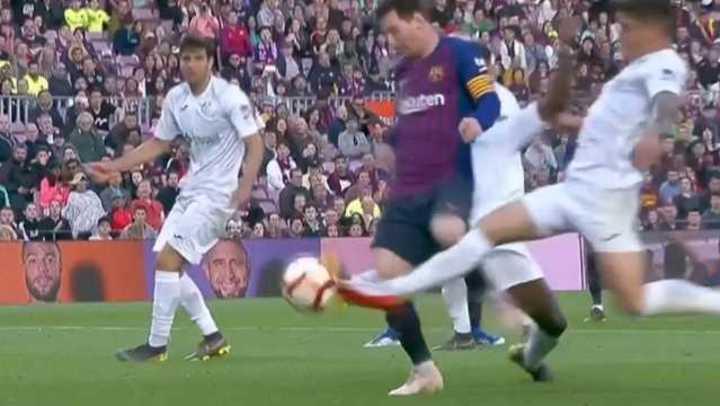 Era de Messi pero Dakoman la metió en su arco