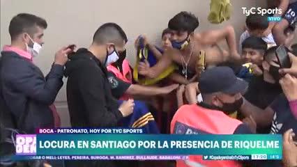 Riquelme firmando autógrafos a los hinchas de Boca
