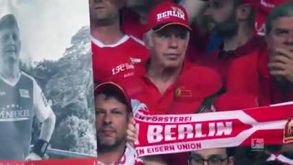 Los hinchas del Union Berlin alzaron pancartas de familiares fallecidos. @Bundesliga_EN
