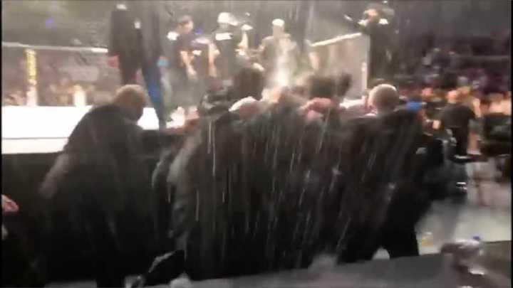 Espectadores agredieron a peleadores de UFC