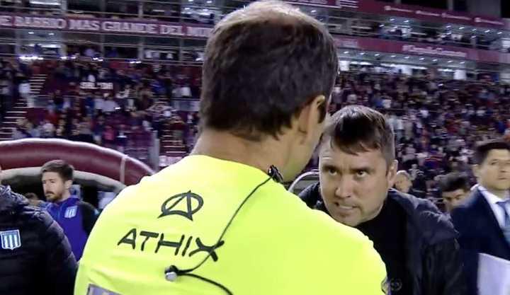 ¿Qué le dice Coudet al árbitro?