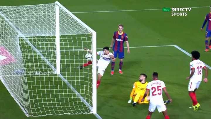 El Huevo Acuña le sacó una pelota a Messi en la línea