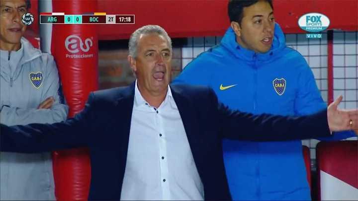 Le cobraron offside a Pavón, pero estaba habilitado y Alfaro se volvió loco