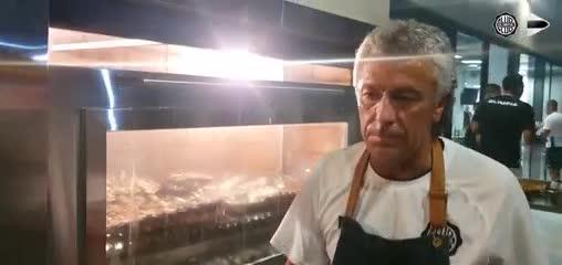 Pipo Gorosito hace un asado en Olimpia.