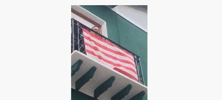 En los balcones, los hinchas del Bilbao pasan la cuarentena