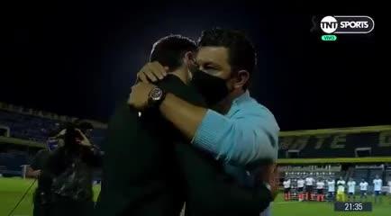 El abrazo entre Kily y Gallardo