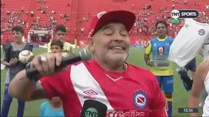 """Diego habló ante los hinchas de Argentinos y fue de los cantitos al """"Me gustaría estar en este banco"""""""