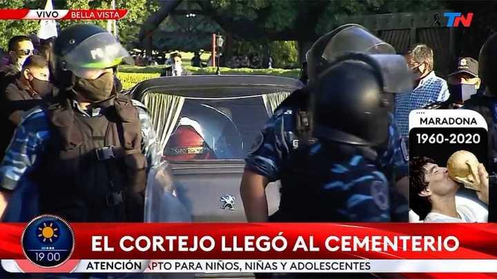 El cortejo fúnebre de Maradona llegó al cementerio