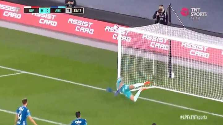 El travesaño salvó a Arsenal