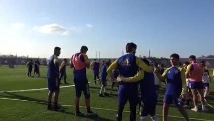 Los chicos de Boca entrenándose con la Primera.