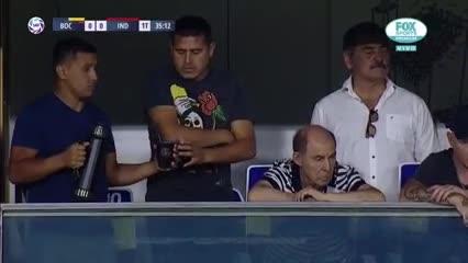 Bochini y Román mirando el partido