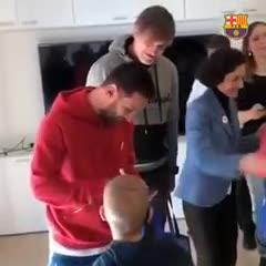 Messi y Luis Suárez repartieron juguetes a los pibes