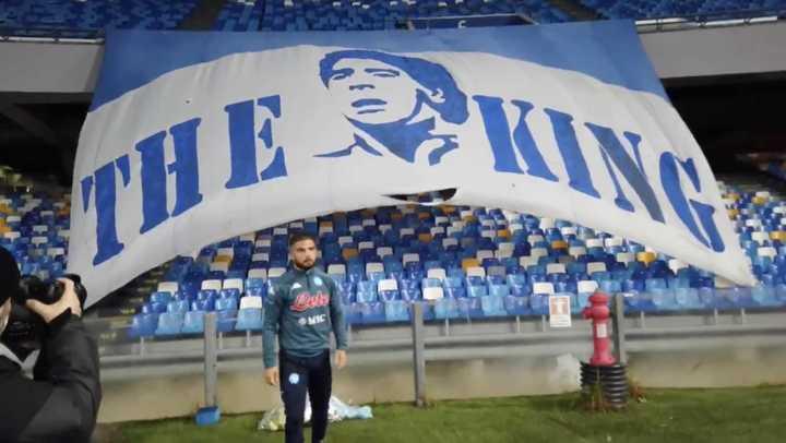 Insigne le rinde homenaje a Diego en el estadio