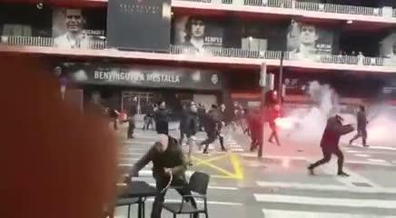 Violentos enfrentamientos entre hinchas del Valencia y el Barcelona