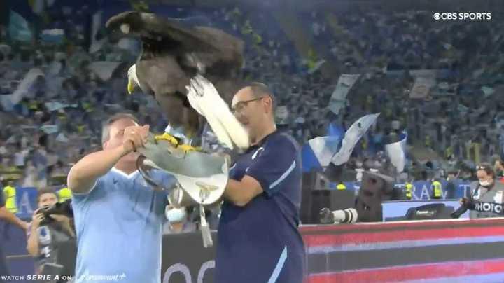 Es el festejo de Maurizio Sarri, tras ganar el derby romano, sosteniendo a Olimpia, el águila que es el símbolo de la Lazio