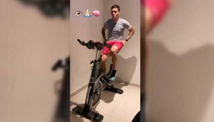 Juanfer le mete a la bici